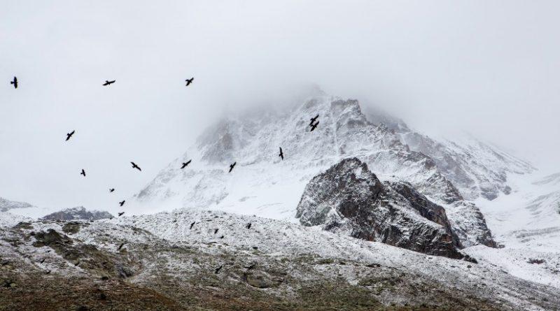 góry zasłonięte przez chmury